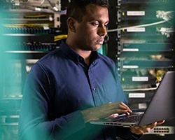 在資訊技術空間工作的有色人種男性