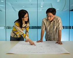 合作進行技術開發的男性和女性